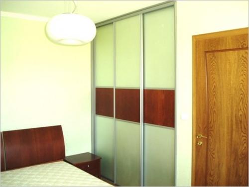 Вграден гардероб в ниша с плъзгащи врати